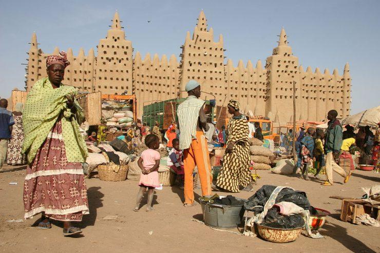 mali-mosquee-djenne-marche-gens-peuple-femme-rue-espace-public