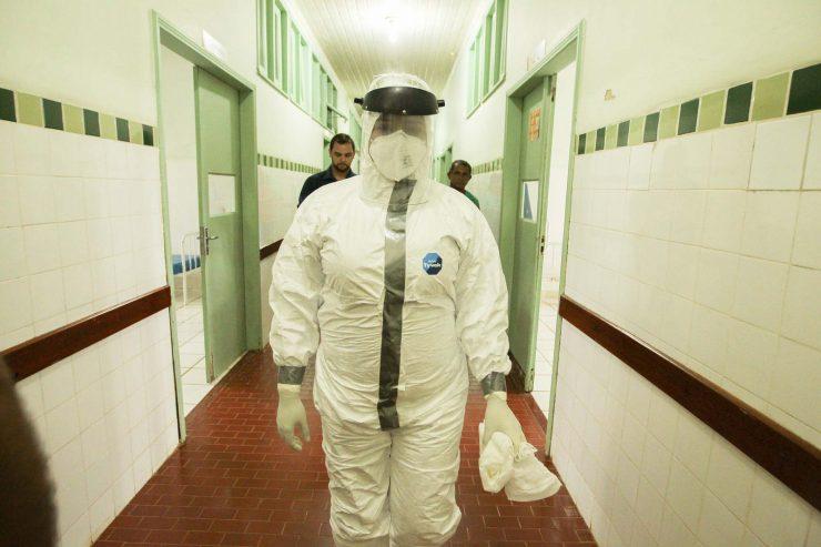 ebola-epidemie-virus-pandemie-medecin-docteur-tenue-contamination