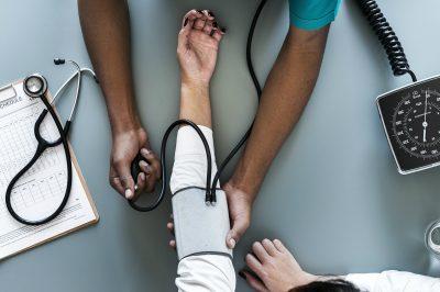 femme-patiente-medecin-docteur-noir-bras-examen-medical
