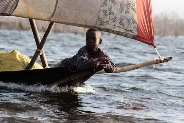 enfant-garcon-africain-noir-bateau-mer-voyage