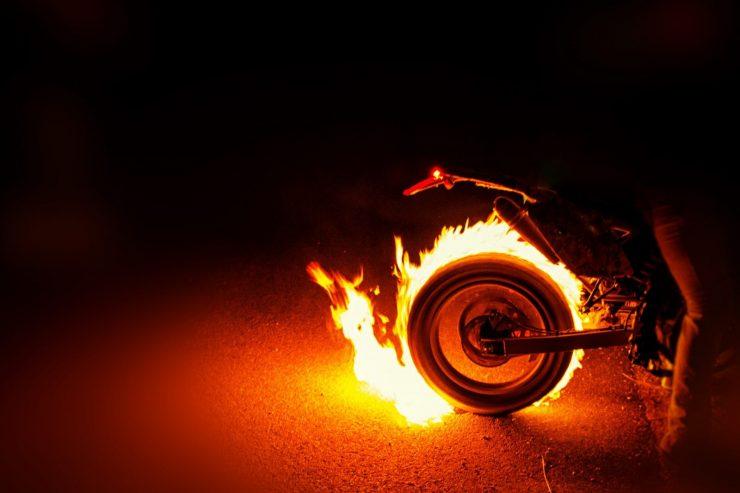faut-il-repondre-violence-par-violence-moto-feu-flamme-roue