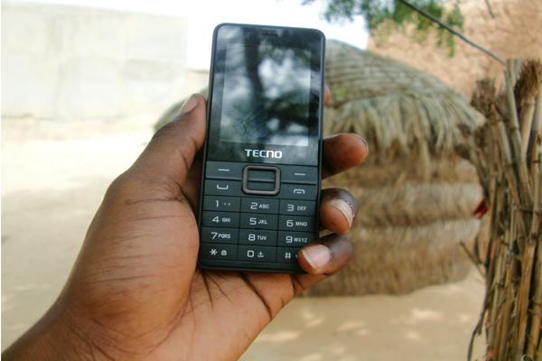 telephone-mobile-village-afrique-main-noire