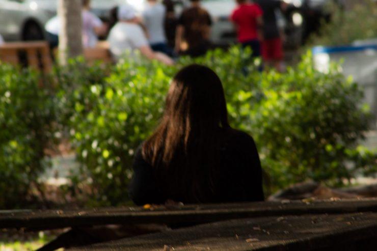 solitude-femme-seule-dos-ville-banc