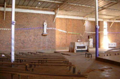 Article : A Nyamata, les vêtements des morts sont entassés sur les bancs de la chapelle