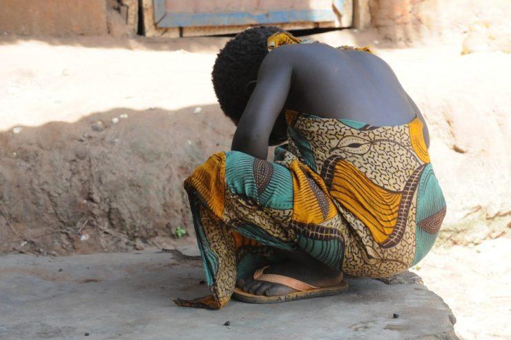 femme-fille-assise-honte