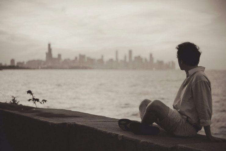 homme-seul-front-de-mer-skyline