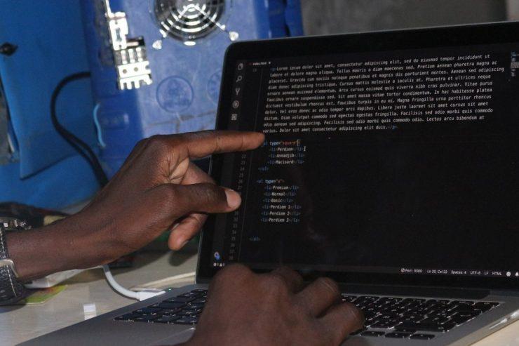 ordinateur-clavier-numerique-code-internet-web-main
